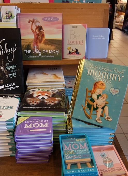 ニューヨークの本屋さんで見かけた「母の日」関連本コーナー_b0007805_0495319.jpg