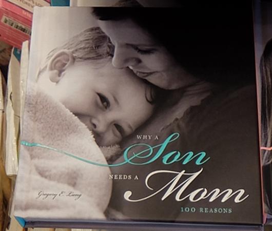 ニューヨークの本屋さんで見かけた「母の日」関連本コーナー_b0007805_6371757.jpg