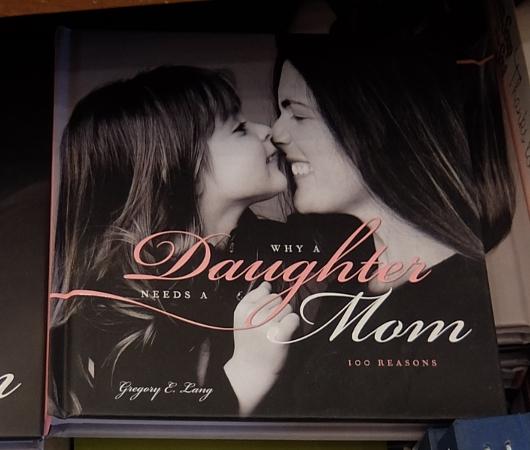 ニューヨークの本屋さんで見かけた「母の日」関連本コーナー_b0007805_637595.jpg