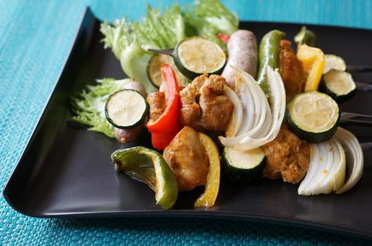 人気のタンドリーチキンを野菜とバランスよく合わせて串焼きに!【レシピ付き】