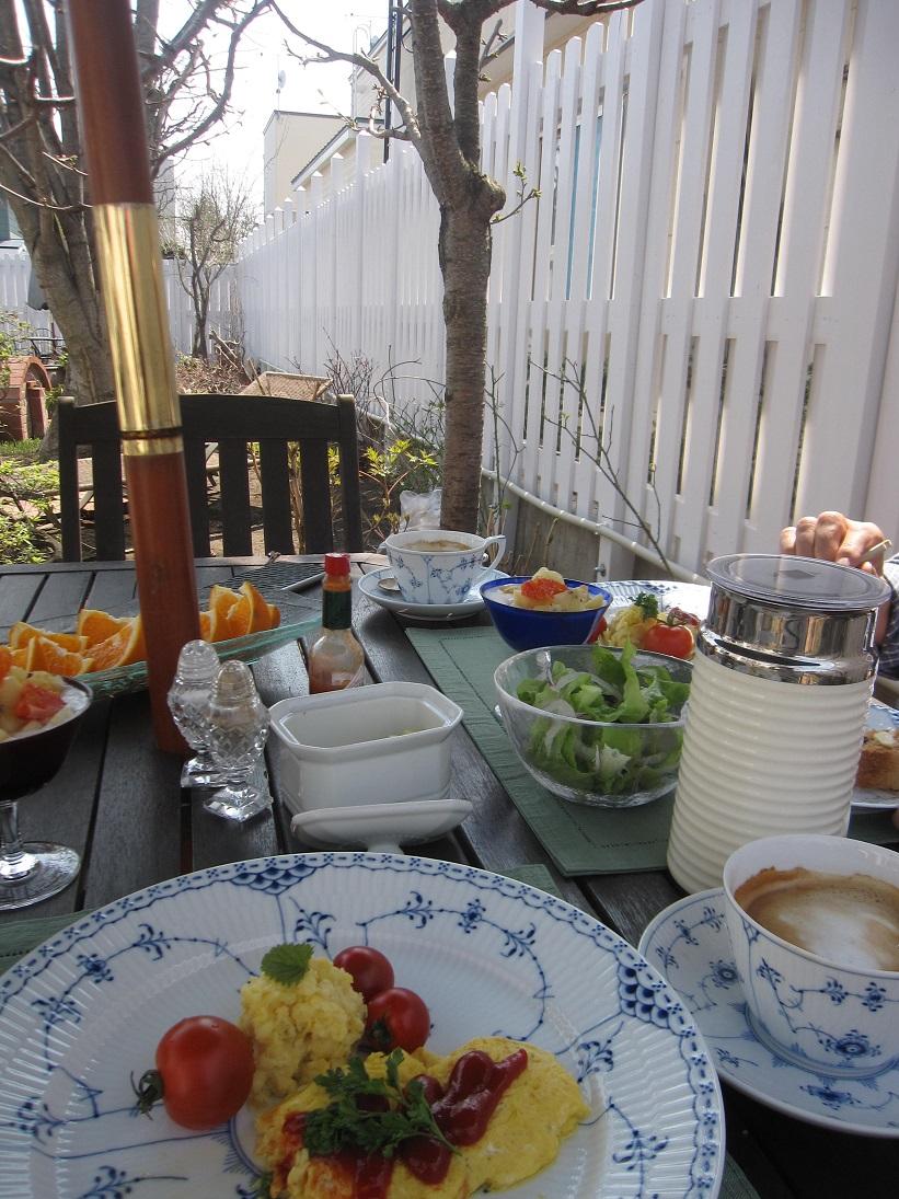 綺麗になって来たお庭で初ブランチ_a0279743_773347.jpg