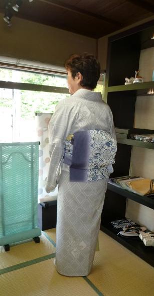 涼しげな羽織・本塩沢の着姿・猫の扇子素敵な方のもとへ_f0181251_1739321.jpg