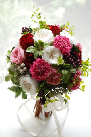 ホワイトローズとピンクスカビオサのクラッチブーケ_a0136507_21383819.jpg