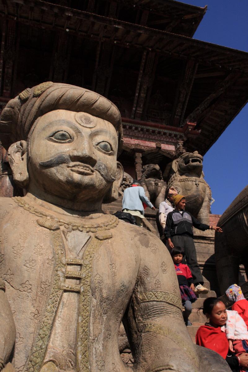 バクタプル  寺院を守る戦士は微笑む_b0061717_1143048.jpg