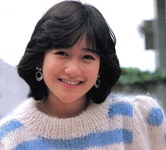 セーター姿の岡田有希子