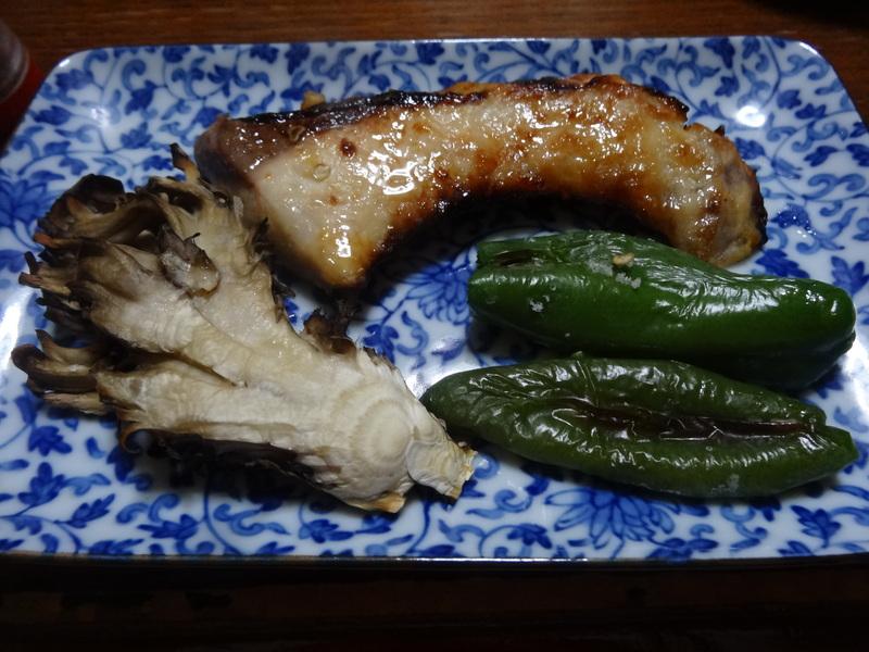 焼き鮭、鶏つくね団子汁、野菜サラダ、、おでん、鰤の照り焼き、ハンバーグステーキです。_c0225997_17495111.jpg