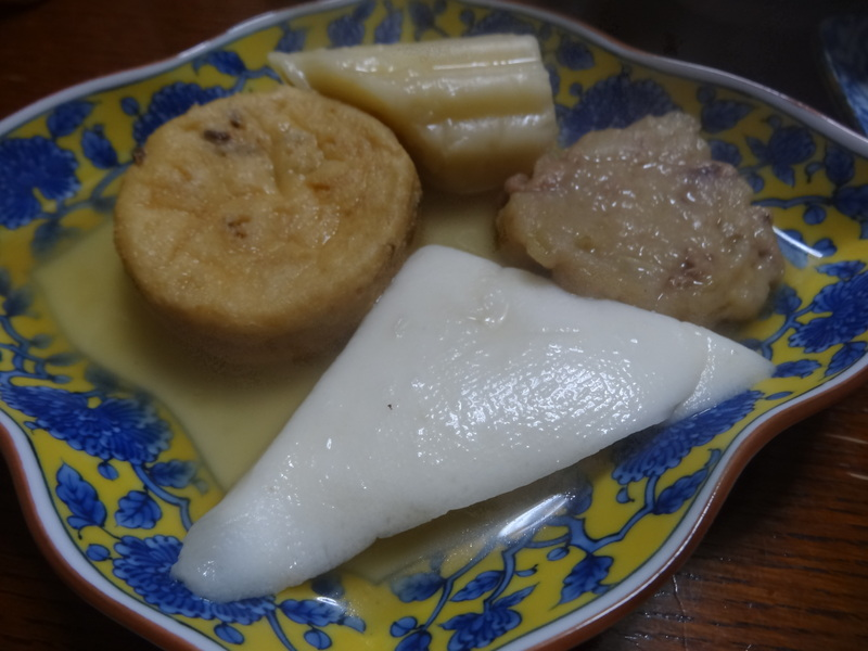 焼き鮭、鶏つくね団子汁、野菜サラダ、、おでん、鰤の照り焼き、ハンバーグステーキです。_c0225997_17563375.jpg