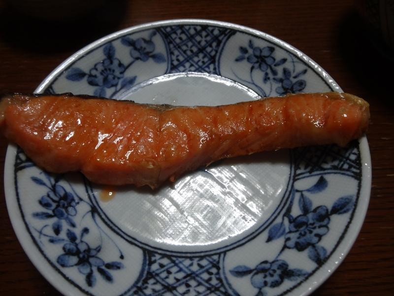 焼き鮭、鶏つくね団子汁、野菜サラダ、、おでん、鰤の照り焼き、ハンバーグステーキです。_c0225997_18304527.jpg