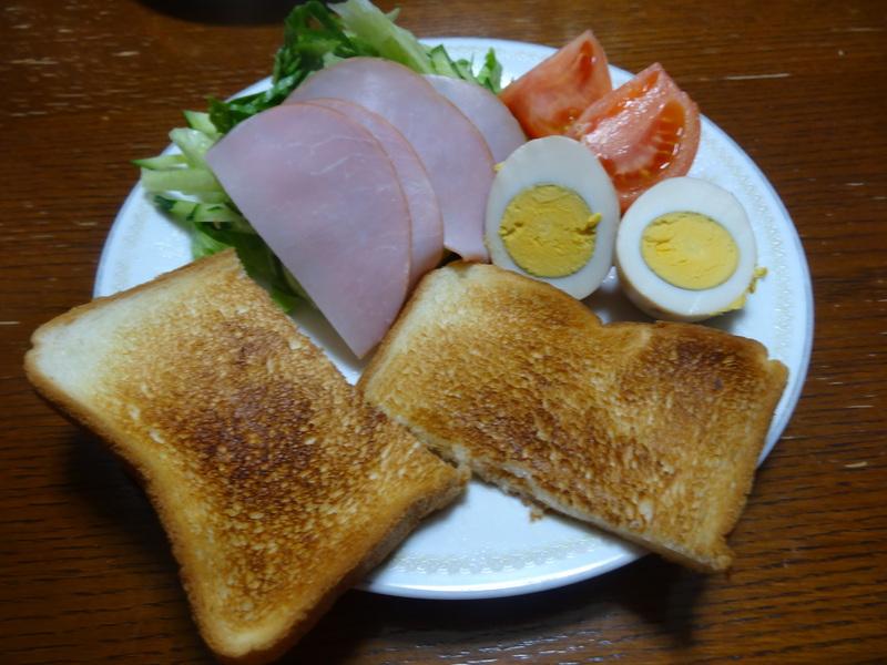 焼き鮭、鶏つくね団子汁、野菜サラダ、、おでん、鰤の照り焼き、ハンバーグステーキです。_c0225997_18371012.jpg