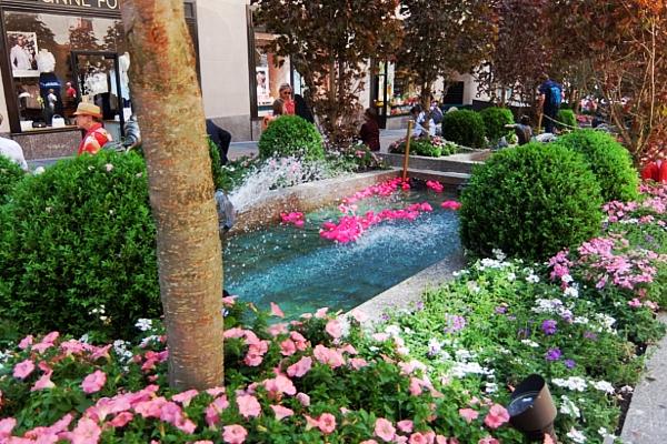 ロックフェラーセンターの噴水に謎のピンクのラバー・ダックいっぱい_b0007805_20535560.jpg