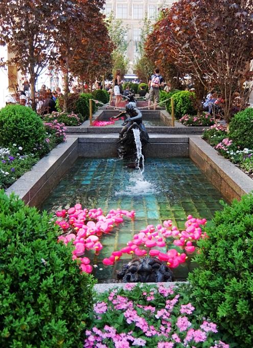 ロックフェラーセンターの噴水に謎のピンクのラバー・ダックいっぱい_b0007805_2114034.jpg