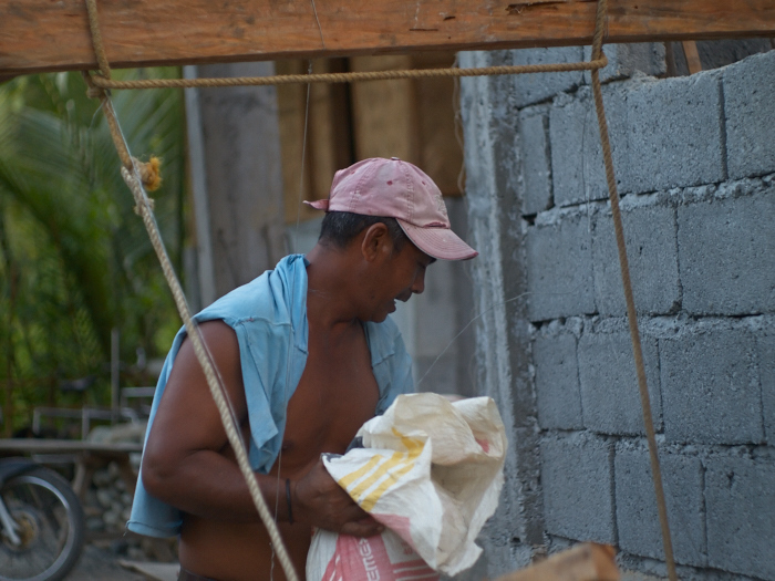 Our neighbour, Kuya Embing, helping construction of his daughter family\'s house_e0202828_08015145.jpg