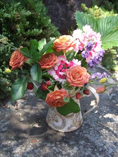 庭に咲いた花たちを水差しポットへ。_b0089338_17461420.jpg