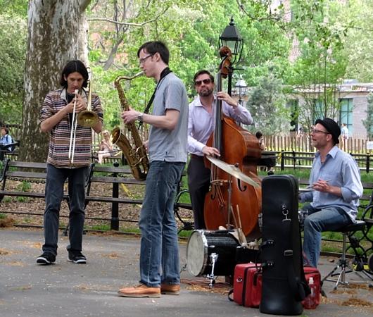 ワシントン・スクエア・パークで遭遇したジャズ・バンド(動画付)_b0007805_12524029.jpg