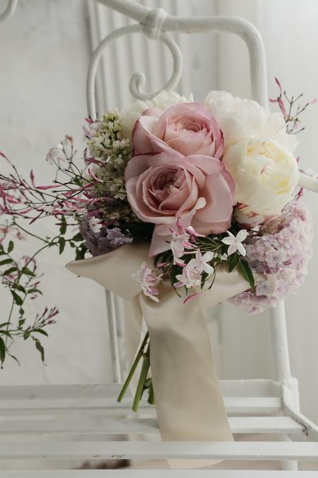 芍薬とライラックとジャスミンとバラ、5月のブーケ  ただいまカメラのコソ練中_a0042928_22205641.jpg
