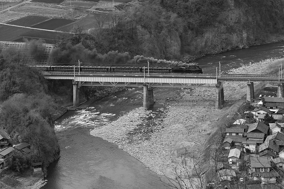 利根川を渡る煙 - 上越線 -  _b0190710_655576.jpg