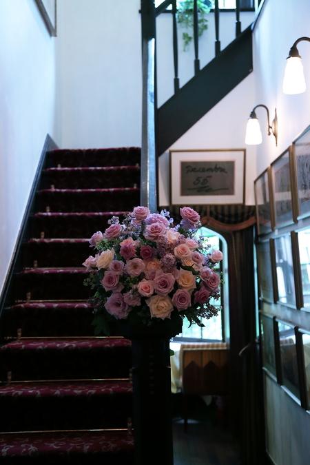 初夏の装花 シェ松尾松濤レストランさまへ  薔薇と、薄い紫で_a0042928_22152032.jpg