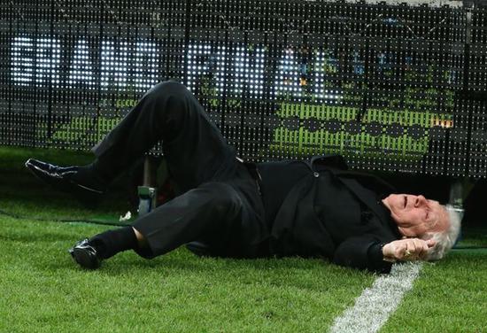 韓の法則発動:オーストラリアリーグでチェアマン脳天落下、いや〜〜、これは痛い!_e0171614_2062138.png