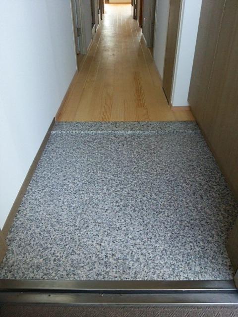玄関踏込みの塩ビタイル施工_a0293019_0225395.jpg
