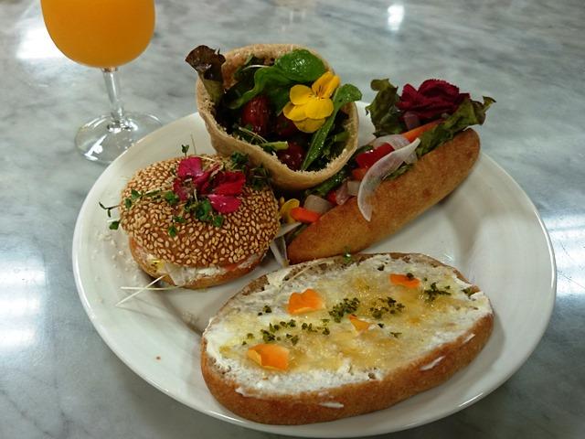 美味しそうなパン vs きれいな花_e0167593_1233816.jpg