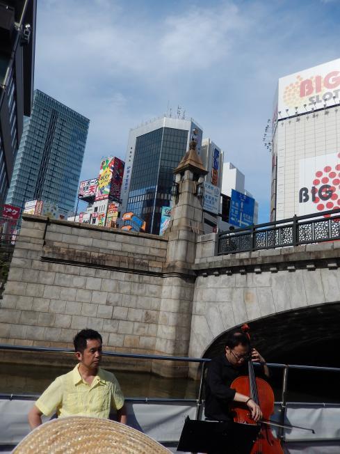 訪日外国客向けの都市観光にピッタリの楽師によるクルーズライブ_b0235153_19143131.jpg