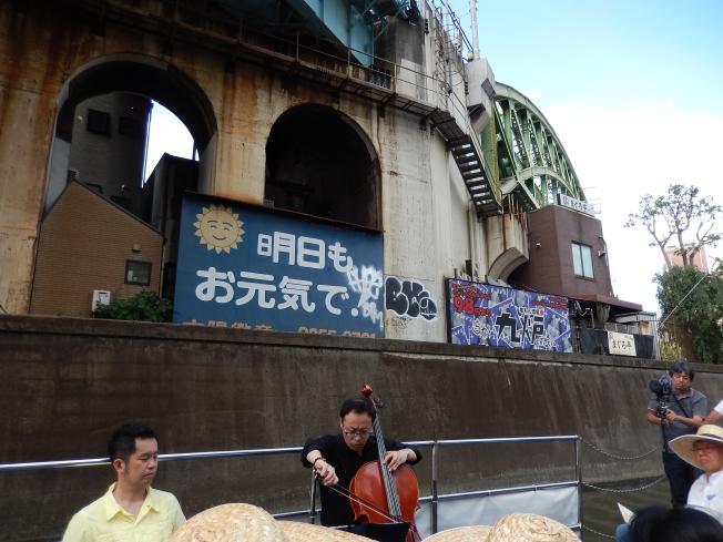 訪日外国客向けの都市観光にピッタリの楽師によるクルーズライブ_b0235153_19165870.jpg