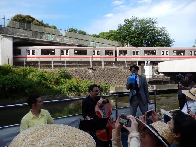 訪日外国客向けの都市観光にピッタリの楽師によるクルーズライブ_b0235153_19175931.jpg