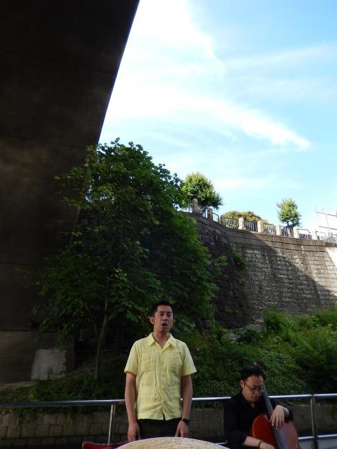 訪日外国客向けの都市観光にピッタリの楽師によるクルーズライブ_b0235153_19184722.jpg