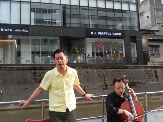 訪日外国客向けの都市観光にピッタリの楽師によるクルーズライブ_b0235153_19195584.jpg