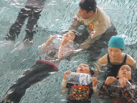 着衣水泳レッスンを行いました_b0286596_12595019.jpg