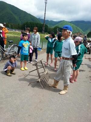 地区の子供達と田植をしました。_a0256619_4382455.jpg