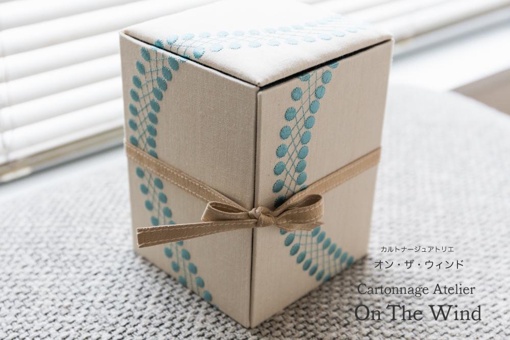 カルトナージュ*シークレットボックスを刺繍生地で制作(アトリエメンバー制作作品)_d0154507_07541779.jpg