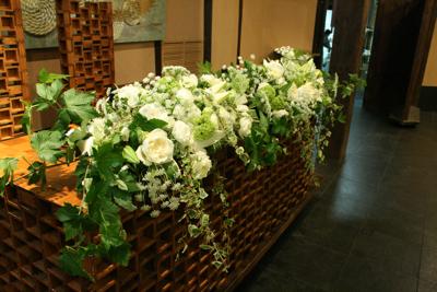 博多百年蔵 会場装花(白グリーンでブライダル〜っぽく。)_e0149863_22283812.jpg
