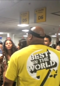 「ライオンキング」と「アラジン」の本物のキャストの方々がNYの空港で、即興、生歌対決!?_b0007805_23182155.jpg