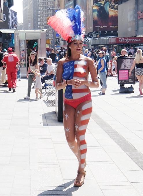 タイムズ・スクエアにトップレス姿のお姉さんたちが急増中?! #Gotopless_b0007805_208368.jpg