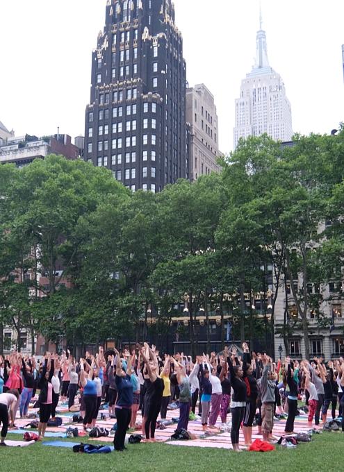 ブライアント・パークの無料のヨガ・クラス(Bryant Park Yoga)の様子_b0007805_23515680.jpg