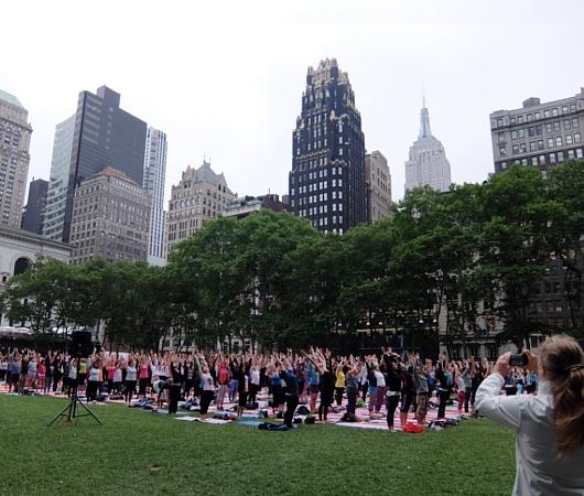 ブライアント・パークの無料のヨガ・クラス(Bryant Park Yoga)の様子_b0007805_23531812.jpg