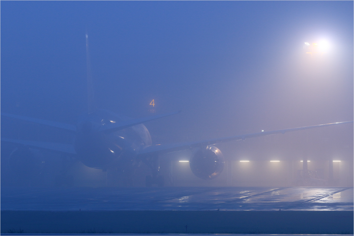 霧に包まれた夜明け - 熊本空港_c0308259_2361212.jpg