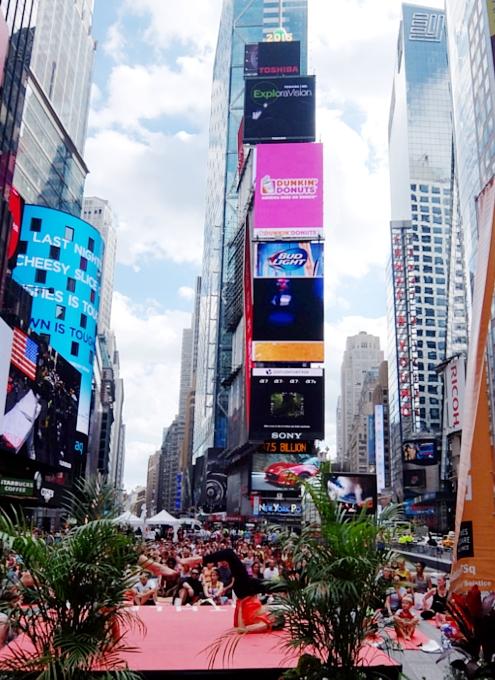 タイムズ・スクエアで野外ヨガ Summer Solstice 2015_b0007805_2130682.jpg