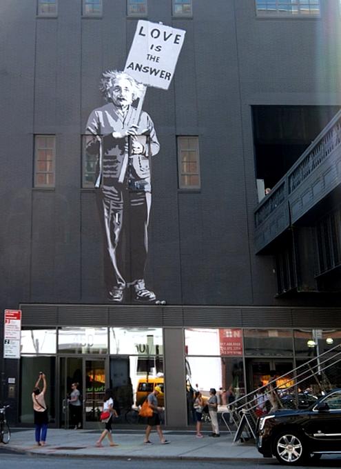 NYの街角に「愛が答えだ」(Love is the Answer)の巨大壁画_b0007805_2002412.jpg