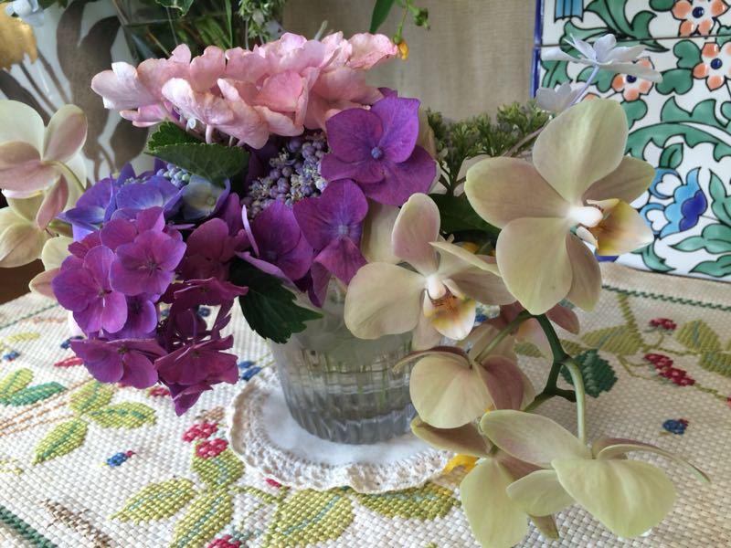 胡蝶蘭と紫陽花のフラワーアレンジメント_e0233674_22143856.jpg
