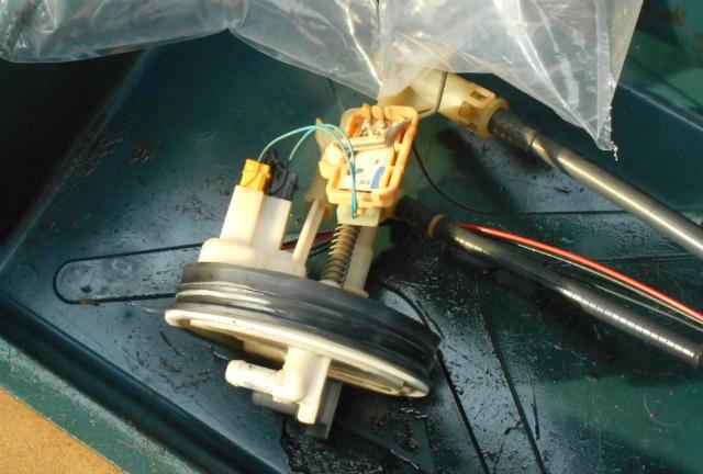 メルセデスベンツ C180 (W203)燃料ポンプ交換_c0267693_11193675.jpg