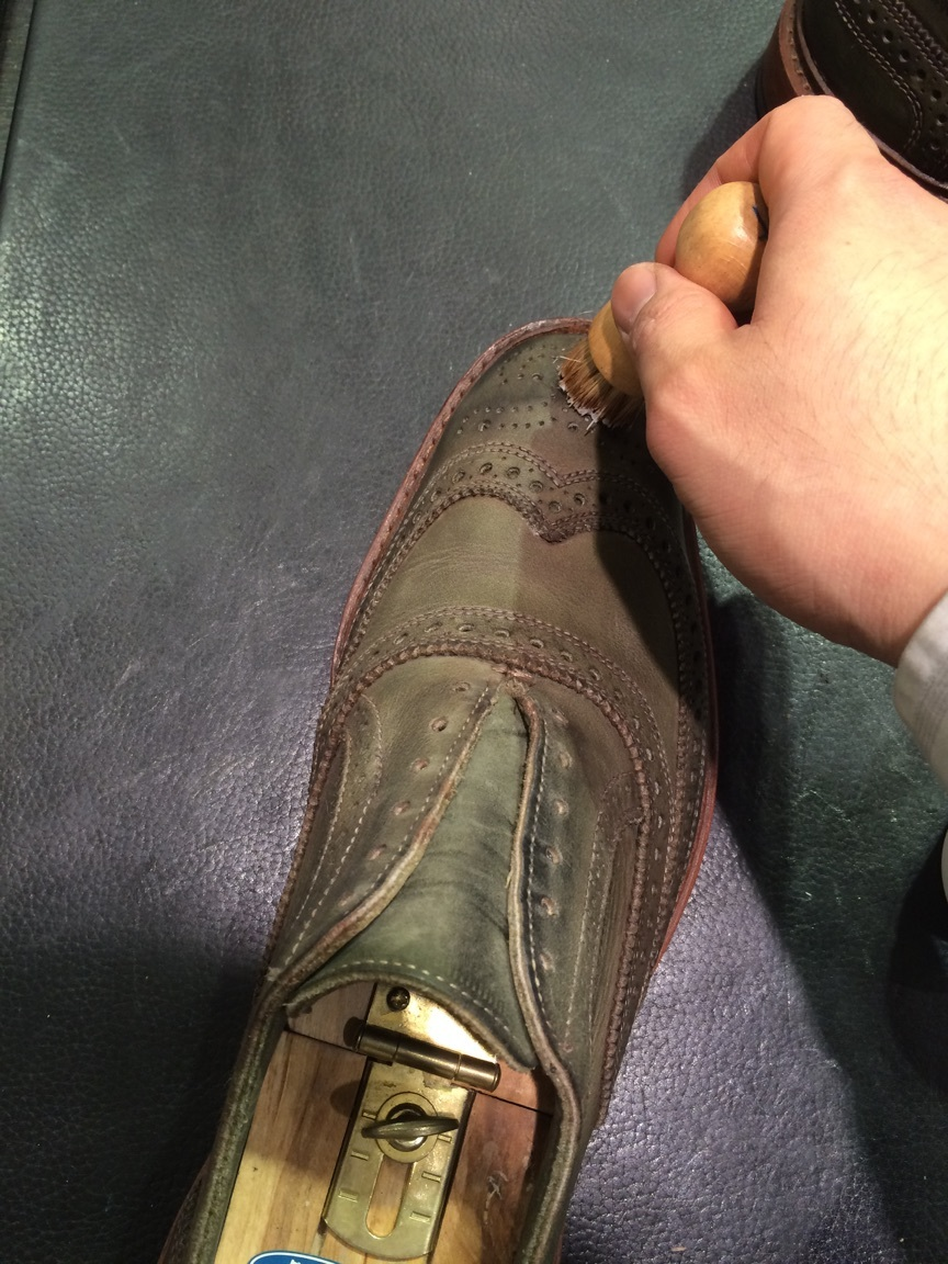 珍しい色の靴の手入れは無色クリームに限る!_b0226322_18124922.jpg