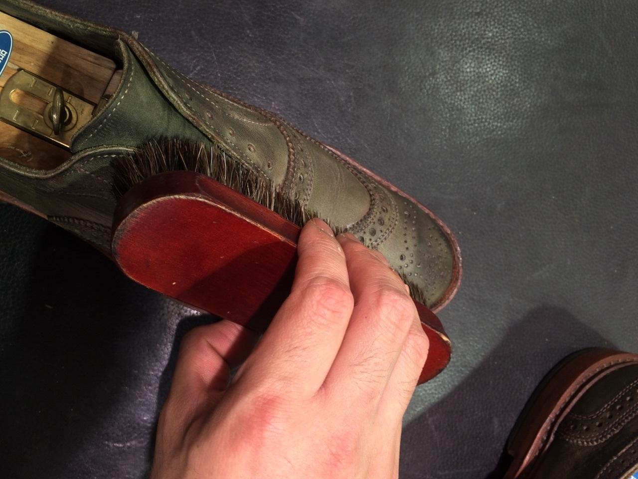 珍しい色の靴の手入れは無色クリームに限る!_b0226322_18125239.jpg