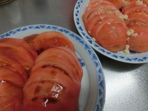 大きなトマトを醤油と砂糖で食べようかな?_e0291149_20374882.jpg