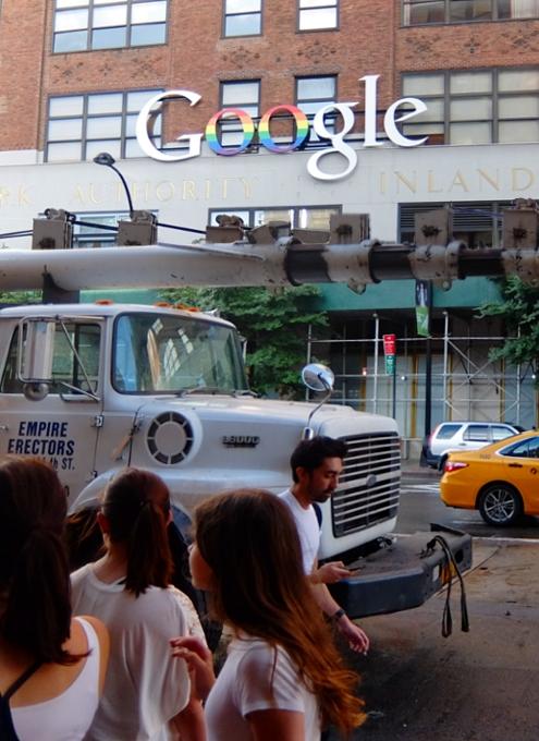 GoogleNY本社もこんなロゴでゲイ・パレードをお祝い_b0007805_0253149.jpg