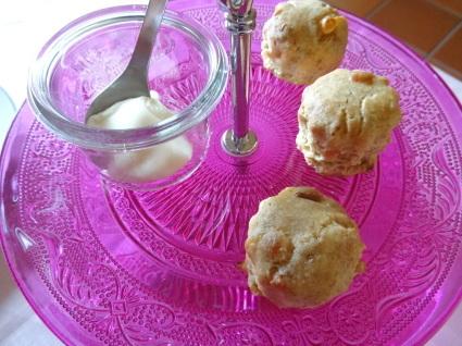 スコーン …チーズとハーブ、クロテッドクリームで。_b0345136_00111710.jpg
