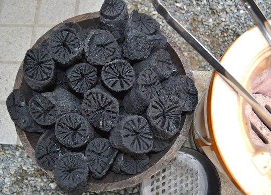 一ヶ月分の炭を切る_b0102572_15584261.jpg
