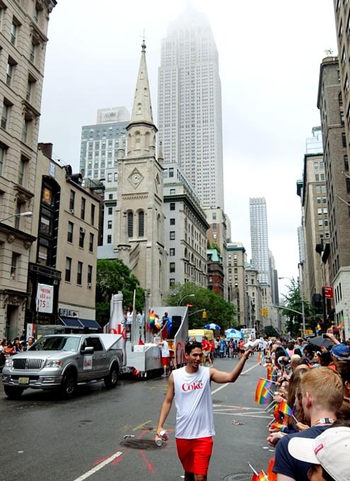 今や、あらゆる企業が参加するNYのゲイ・プライド・パレード_b0007805_7251580.jpg
