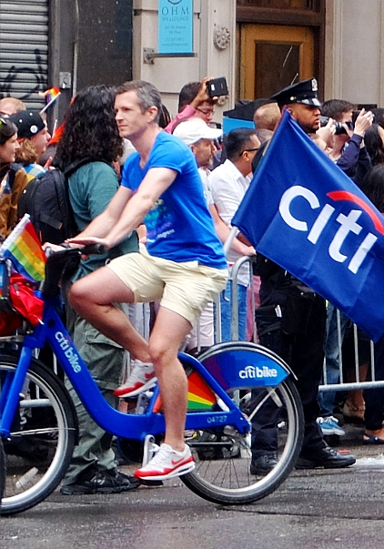 今や、あらゆる企業が参加するNYのゲイ・プライド・パレード_b0007805_7254379.jpg
